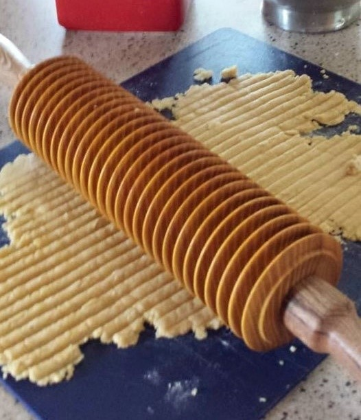 Noodle rolling pin with dough